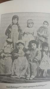 Flyktingbarn tittar in i kameran 1915
