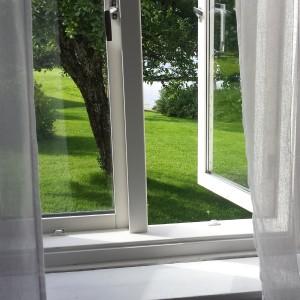 Öppet fönster mot herrgårdsparken