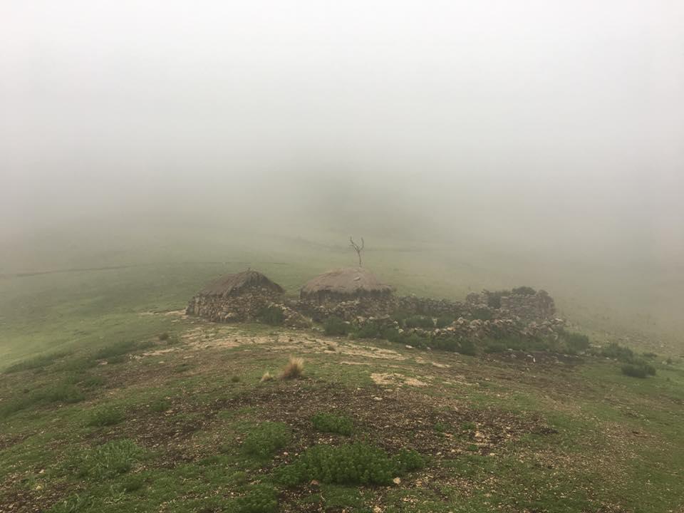 ruiner på dimmigt berg
