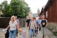 Familjen går Helgongatan fram